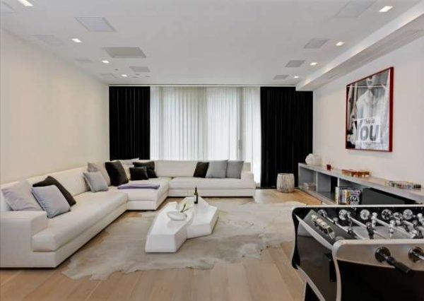 большой угловой диван в интерьере черно-белой гостиной