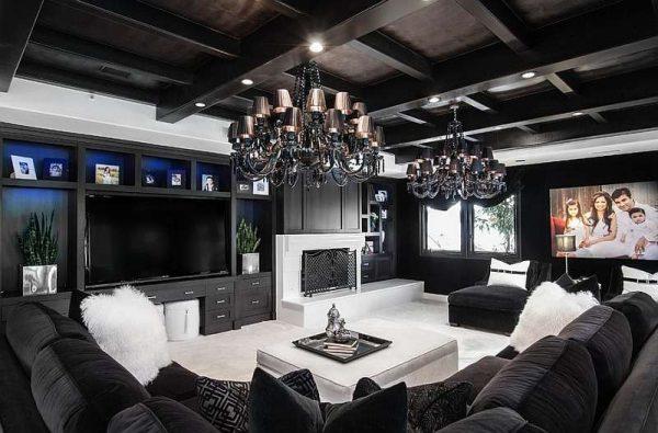 стильные люстры в интерьере черно-белой гостиной