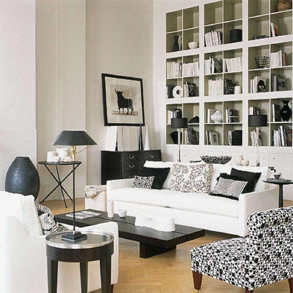 книжный шкаф с открытыми полками в черно-белой гостиной