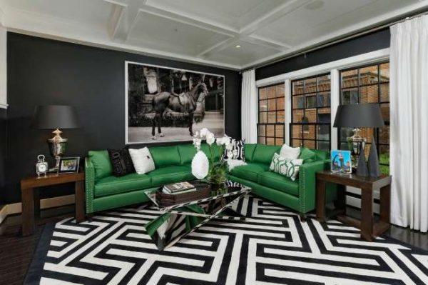 зеленый угловой диван в интерьере черно-белой гостиной