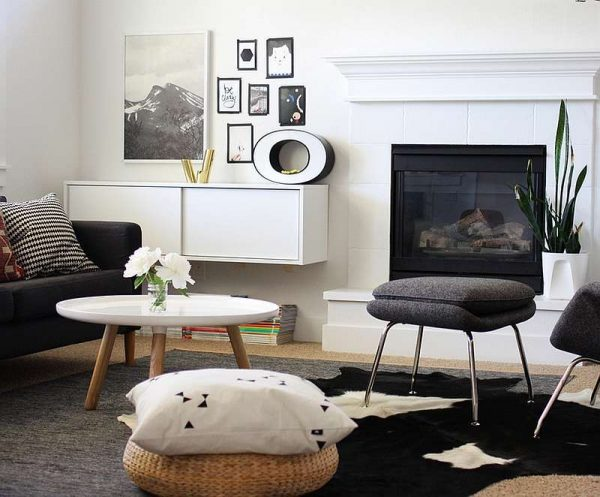 камин в интерьере черно-белой гостиной