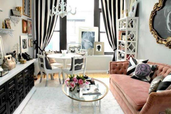 розовый диван в интерьере черно-белой гостиной