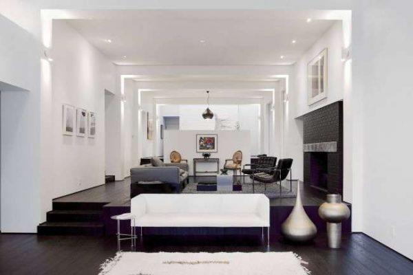 черно-белая гостиная с белым потолком