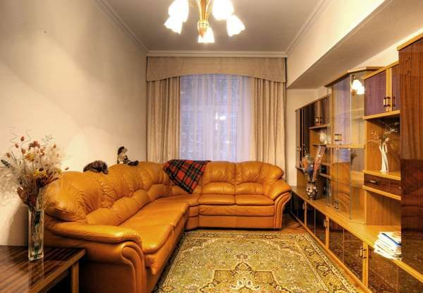кожаный угловой диван в интерьере гостиной
