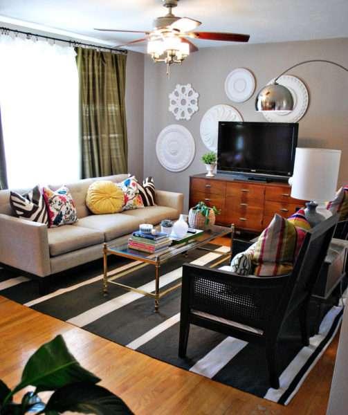 интерьер гостиной с диваном и подушками