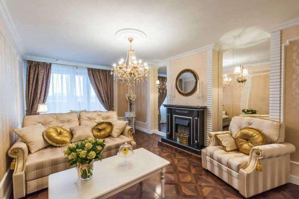 фальш-камин в гостиной 17 кв. м в классическом стиле
