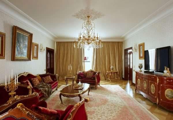 роскошная хрустальная люстра в интерьере гостиной 17 кв.м. в классическом стиле