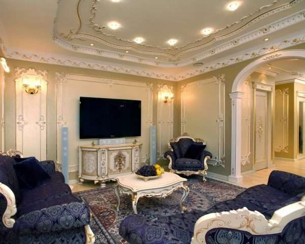 фиолетовая мебель в гостиной 17 кв.м. в классическом стиле