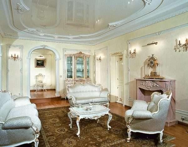натяжной потолок в интерьере гостиной 17 кв.м. в классическом стиле