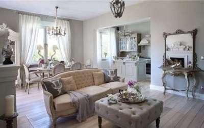 роскошный диван в интерьере кухни гостиной 17 кв. м в стиле прованс