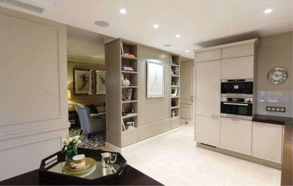 перегородка с книжными полками в интерьере кухни гостиной 17 кв. м