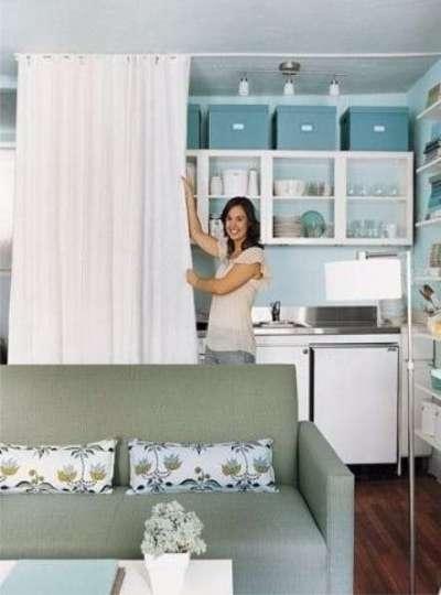 Гостиная совмещенная с кухней со шторой