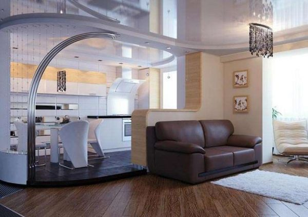 Подиум в сочетании с декоративной перегородкой отлично справляются с зонированием комнаты