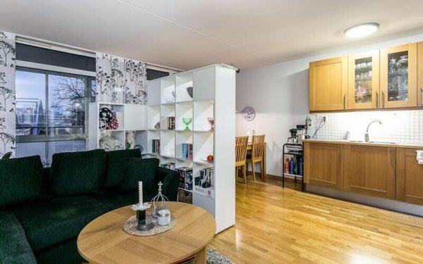 зонирование с помощью перегородки кухни-гостиной