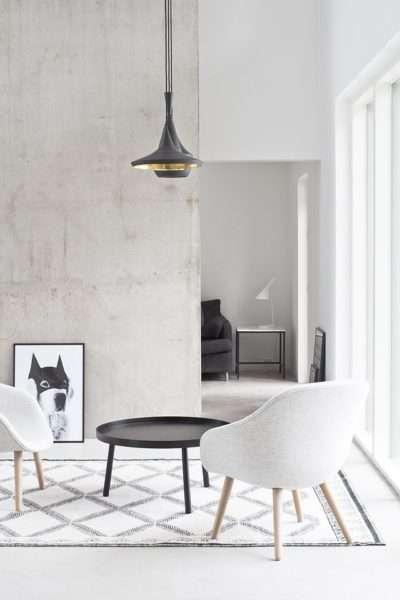 современный интерьер чёрно-белой гостиной