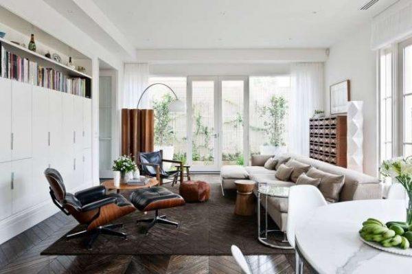 кожанные кресла в интерьере современной гостиной