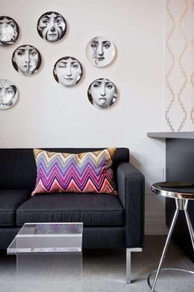 настенный декор в интерьере современной гостиной