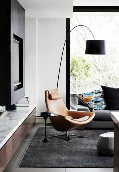 роскошное кресло с торшером в интерьере современной гостиной