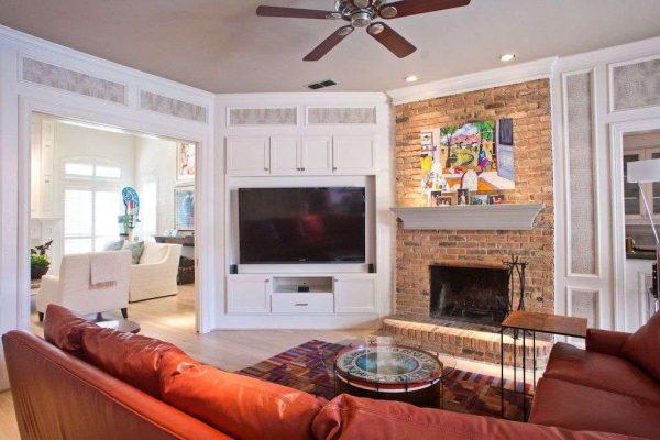 телевизор с камином в интерьере гостиной на стене