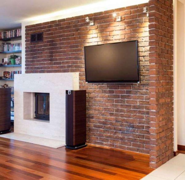 телевизор в интерьере гостиной на стене под кирпич