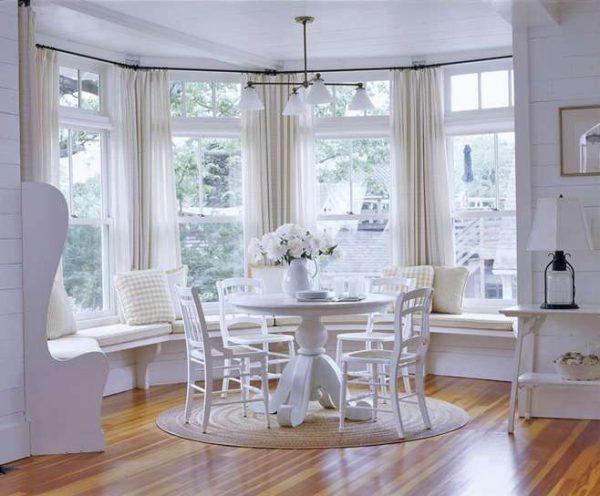 белый интерьер гостиной с эркером в стиле прованс