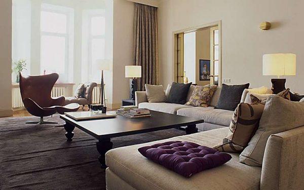зона отдыха в интерьере гостиной с эркером