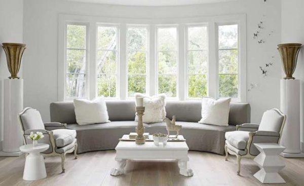 полукруглый диван в интерьере гостиной с эркером