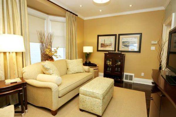 бежевый диван в интерьере гостиной с эркером