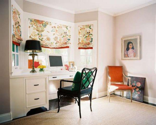 рабочий стол в интерьере гостиной с эркером