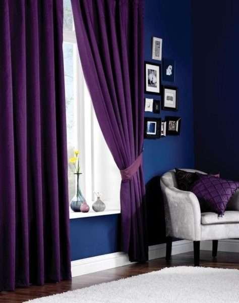 сочетание фиолетового и синего в интерьере гостиной
