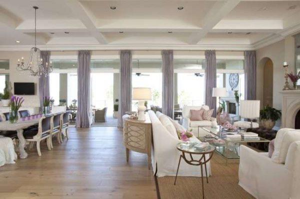 светлые фиолетовые шторы в интерьере гостиной