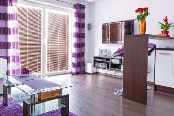 фиолетовые шторы с горизонтальной полоской в интерьере гостиной