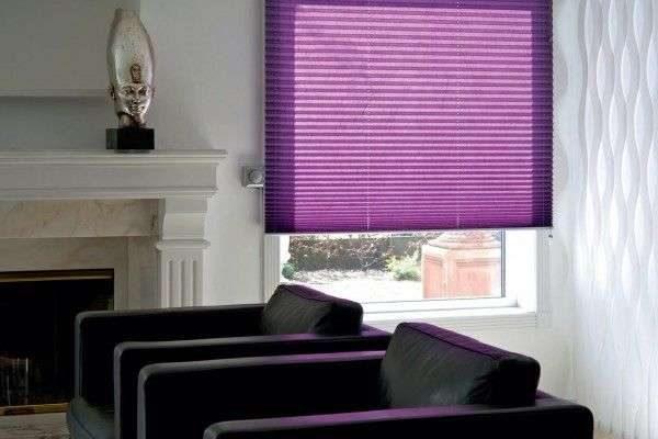 фиолетовые шторы жалюзи в интерьере гостиной