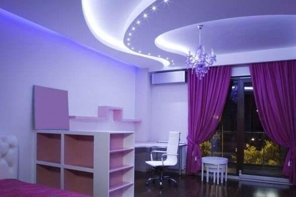 фиолетовые шторы в интерьере гостиной с подсветкой