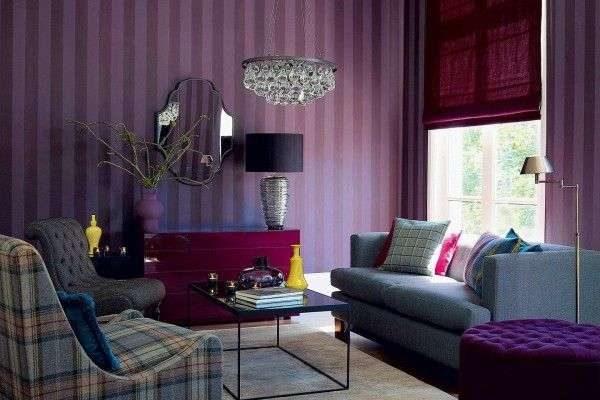насыщенные лавандовые шторы в интерьере гостиной