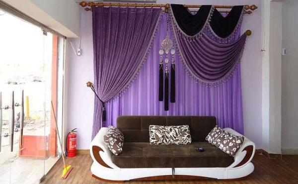 фиолетовые шторы в гостиной на стене