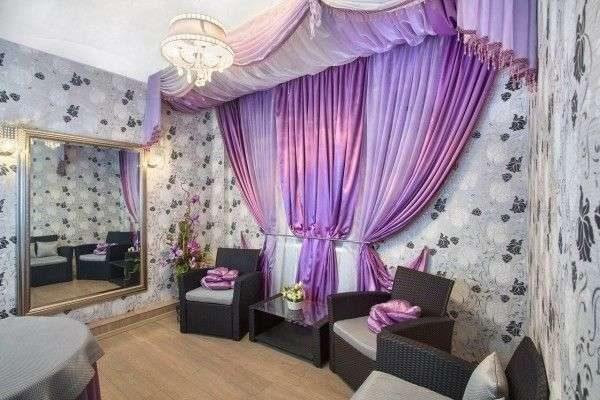 фиолетовые шторы в будуаре гостиной