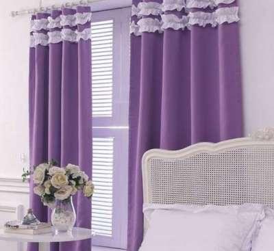фиолетовые шторы в интерьере гостиной в светлых тонах