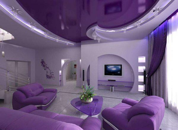 фиолетовые шторы в гостиной с точечным освещением
