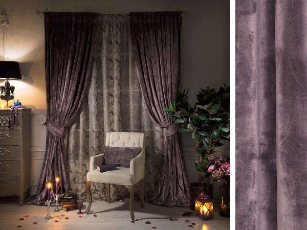 фиолетовые шторы в гостиной в серых тонах
