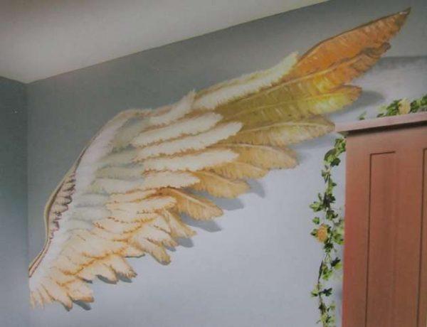 фреска с крылями ангела в интерьере гостиной