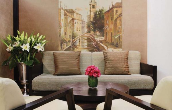 фреска с уличным пейзажем в интерьере гостиной