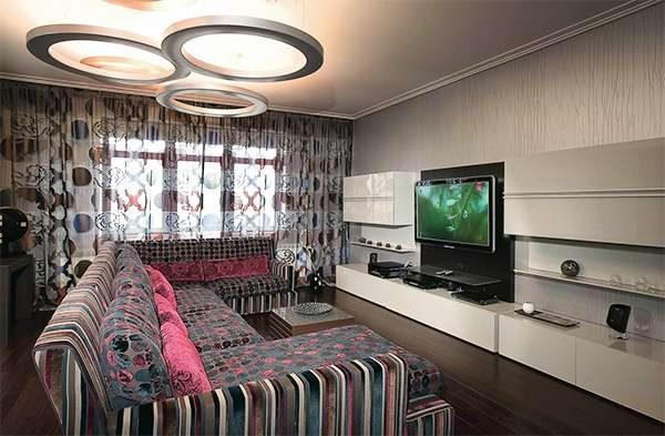 яркий диван в интерьере гостиной 20 кв. метров