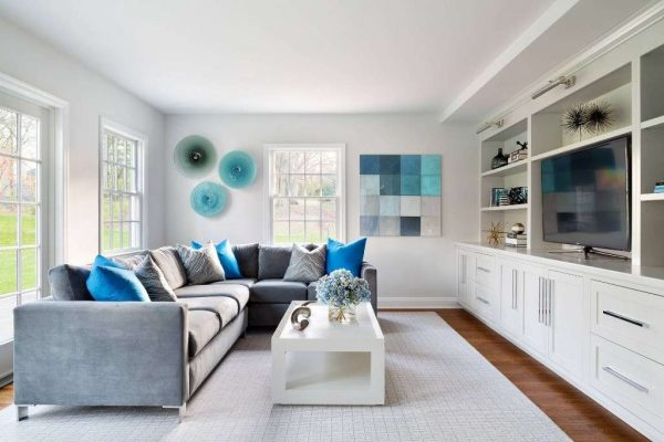 синий декор делает гостиную свежей и красивой