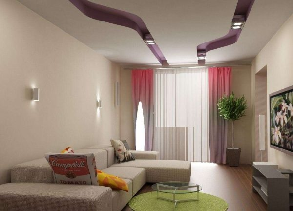 угловой диван светлых тонов в интерьере гостиной