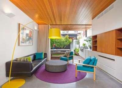Интерьер гостиной с яркими цветами просто и со вкусом