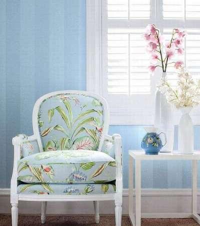 Голубые обои в интерьере гостиной в стиле прованс