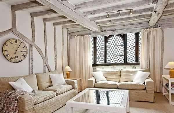в интерьере гостиной в стиле прованс деревянные балки на потолке