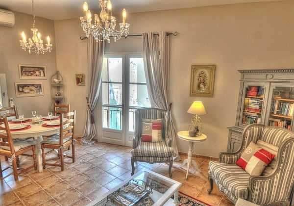 люстры из хрусталя в интерьере гостиной в стиле прованс