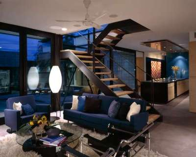 Лестница в интерьере гостиной посередине комнаты